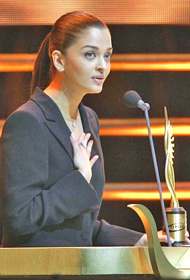 Aishwarya Rai accepts an award during the 2005 International Indian Film