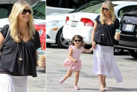 Sarah Michelle Gellar carrying her 3-year old daughter