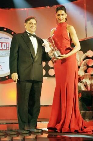 Dr.Cyrus Ponawalla with Deepika Padukone during 'Hello Hall Of Fame' Awards