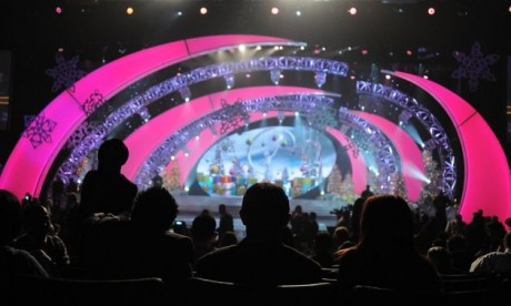 People await the start of 2012 Miss Universe Pageant