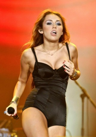 miley cyrus hot concert pics