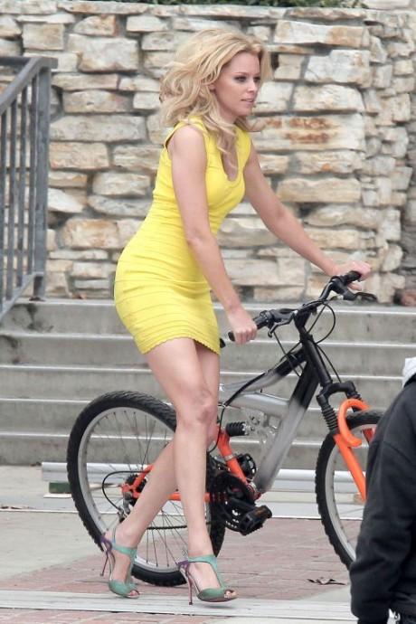 Elizabeth Banks Cycling Photo