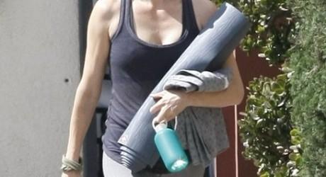 Charlize-Theron-Yoga Class