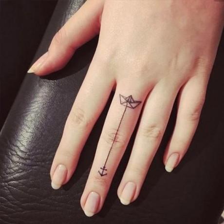 09-tfs-finger-tattoos
